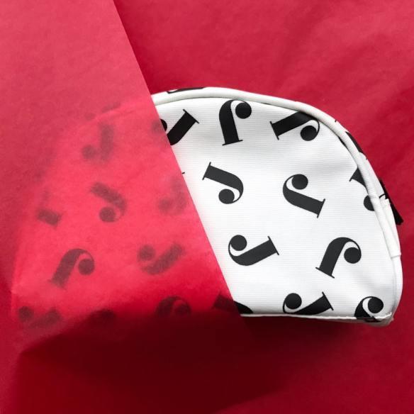 Bara bokstäver, butik, sollentuna, sverige, svenska, julklapp, julklappstips, röd, bokstav, bokstaven j, j, alfabetet, alfabet, bokstäver, make-up, makeup, make up, väska, necessär, monogram